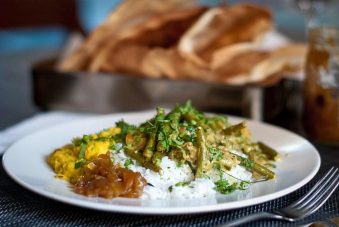 Curry met boontjes, gekruide linzen en verse pappadums