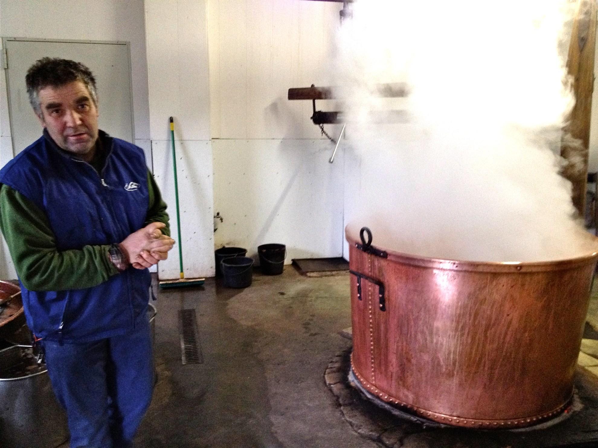 Eugène Wiertz bij de stroopketel in zijn stroopmakerij