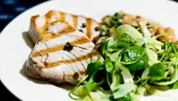 Gegrilde tonijn, venkelsalade en witte bonen