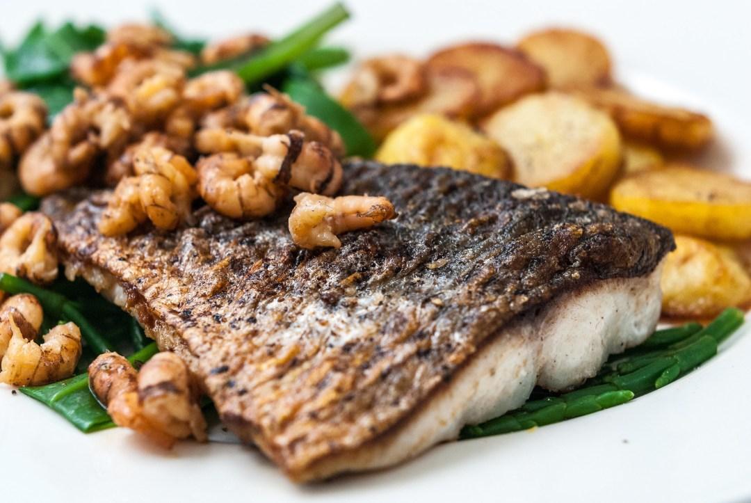 Op de huid gebakken harder met garnalen, zeekraal en gebakken aardappelen