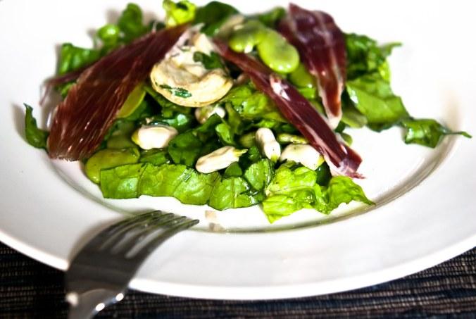 Salade met verse tuinbonen, artisjok en Jamón Iberico