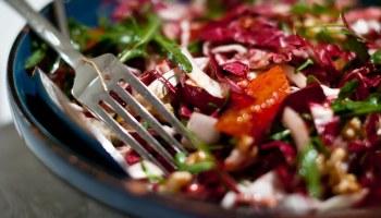 Ottolenghi: salade met radicchio, bloedsinaasappel en linzen