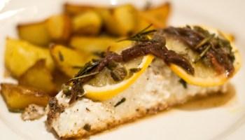 Heilbot op Siciliaanse wijze: met rozemarijnolie, kappertjes, ansjovis en citroen