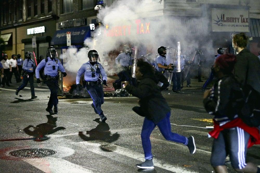 【黒人男性射殺抗議】 米フィラデルフィアで1000人の暴徒が略奪行為 !!!!