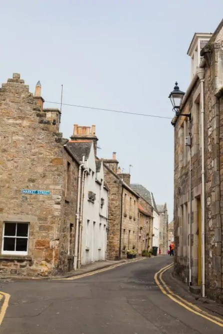 The town centre of St Andrews is lined with histrical buildings and small lanes.