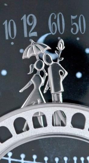 Les amoureux s'embrassent sur le pont
