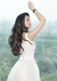 Tang Wei debout main en l'air avec montre Rado Ceramic Diamaster Noire
