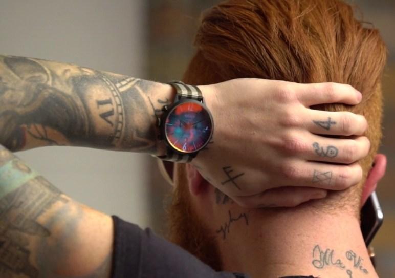 homme tatoué portant une moody de welder
