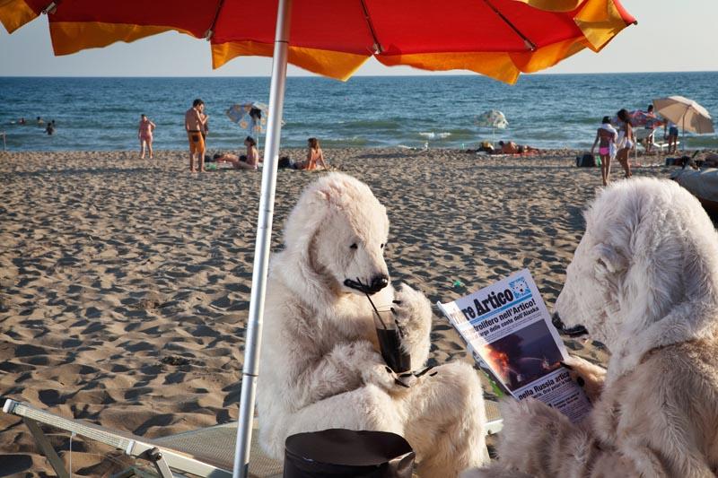 Avvistati due orsi polari nella spiaggia di Ostia. Li manda Greenpeace
