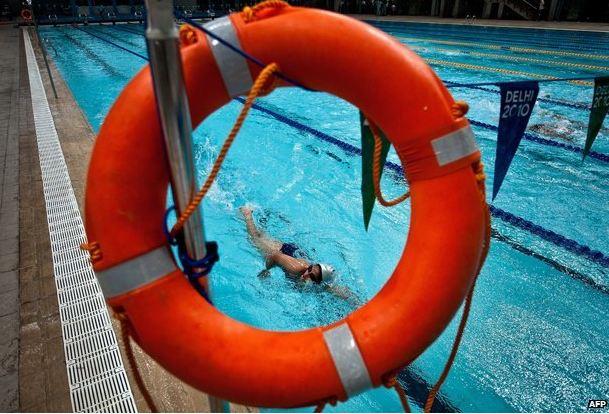 Fa molto caldo a New Dehli:  tanto da aspettare anche 7 ore per tuffarsi in una piscina pubblica
