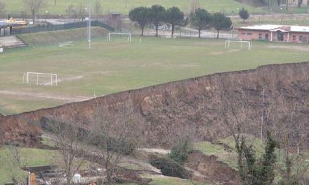 Non c'è quasi più  il campo da calcio a Casola Valsenio ( Faenza): è franato nel fiume dopo la bomba d'acqua di fine febbraio