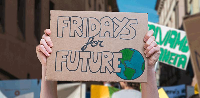Ritorna la voce imponente dei Fridays For Future contro la crisi climatica.