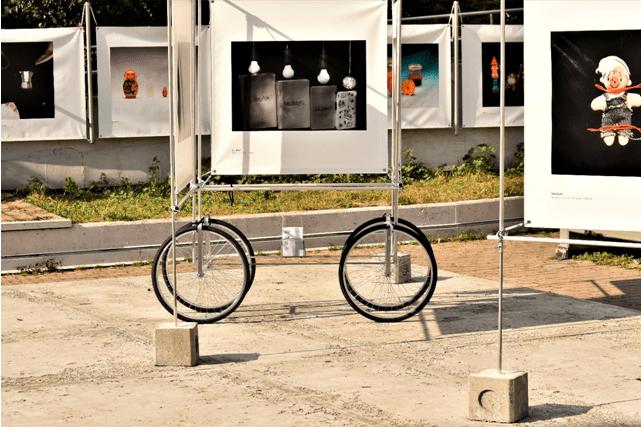 """""""UNDER THE SAME ROOF"""": UN ESEMPIO MOBILE E INNOVATIVO DI ESIBIZIONE FOTOGRAFICA."""