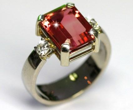 Ring in witgoud met een rode rechthoekige toermalijn en diamant