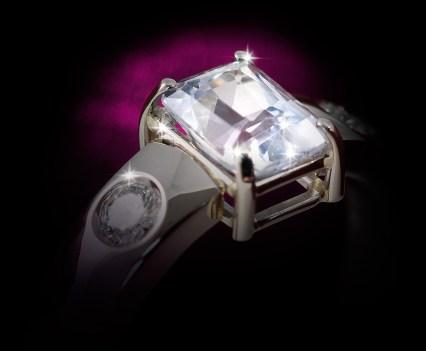 Ring in witgoud met een witte saffier en twee diamanten