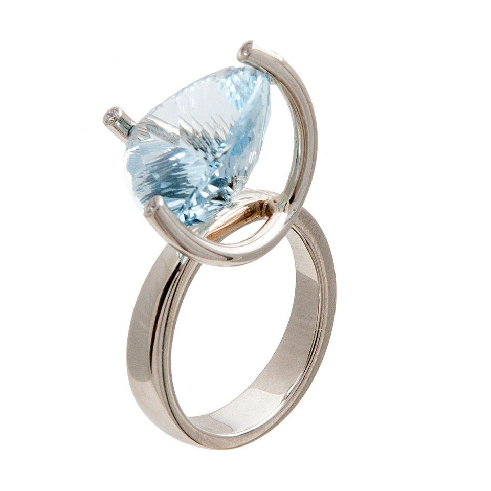 Ring van witgoud met aquamarijn en diamant