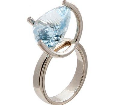 Ring van witgoud met schuin geplaatste aquamarijn en diamant