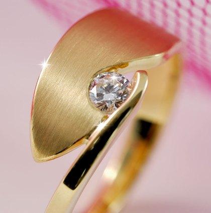 Geelgouden smeedring met diamant