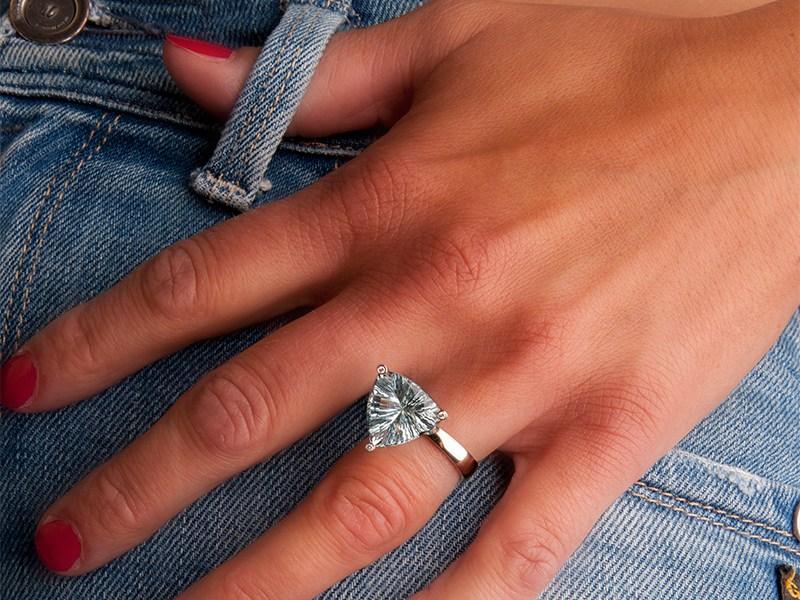 Ring in witgoud met een triljant geslepen aquamarijn en diamant