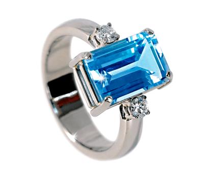 Witgouden ring met emeraude geslepen topaas en twee diamanten