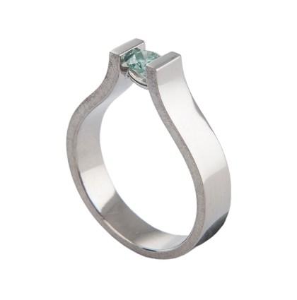 Witgouden ring met een blauwe diamant