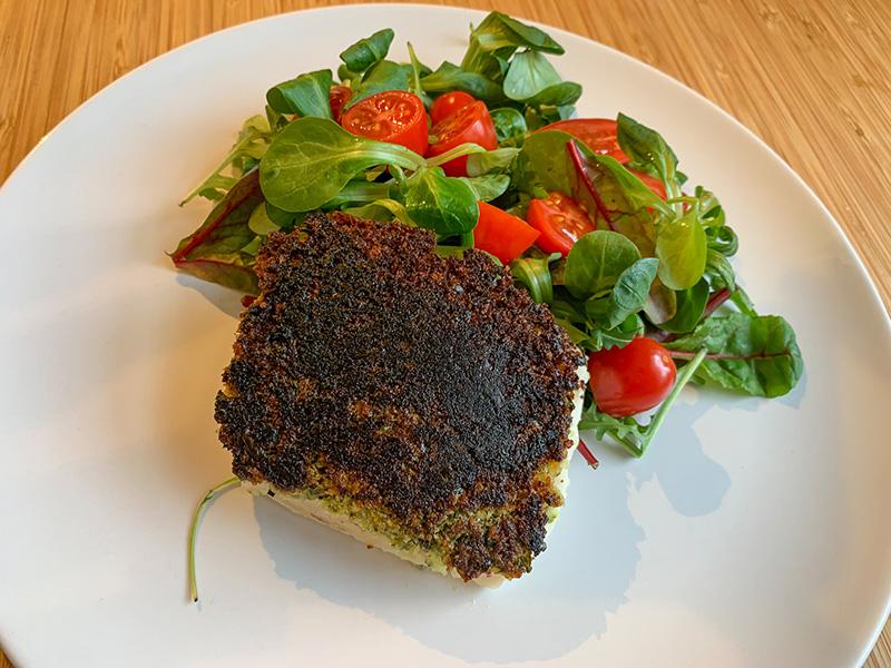 kabeljauw met kruidenkorst en frisse salade
