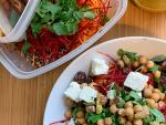 Kruidige salade met quinoa, kikkererwten en wortel
