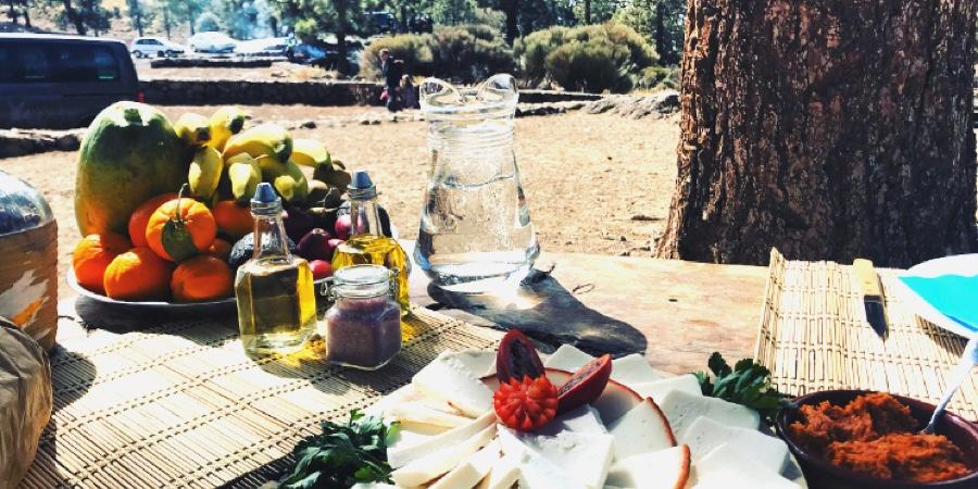 """Die Canarios genießen ihre Küche gerne mal im Freien."""" bieten genügend BBQ-Stellen, Tische und Sitzplätze für die gesamte Familie."""