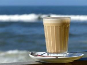 Galão, der Milchkaffee, den die Portugiesen morgens zu sich nehmen ... geht aber auch den ganzen Tag ;-)