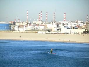 Praia de Matosinhos mit Raffinerie als Kulisse