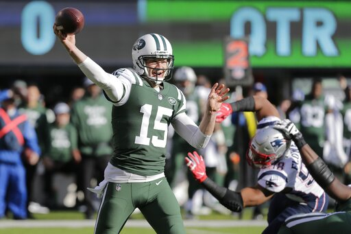 24c35839ec6 25, 2018, file photo, New York Jets quarterback Josh McCown (15) throws a  pass during the first half of an NFL football game against the New England  ...