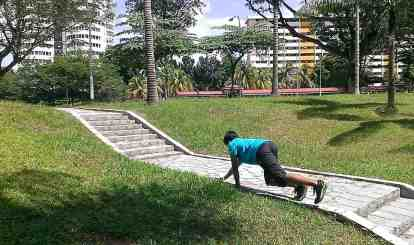 Hand-foot crawl (equivalent to the parkour quadrupedal movement)