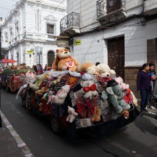 Voiture décorée de nounours pour l'entrée de la Vierge de Guadalupe, Sucre (Bolivie)