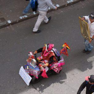 Petite voiture décorée, lors du défilé de l'entrée de la Vierge de Guadalupe, à Sucre (Bolivie)