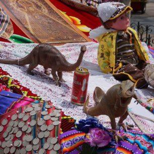 Un capot de voiture décoré avec des dinosaures et des poupées, lors de l'entrée de la Vierge de Guadalupe, à Sucre (Bolivie)
