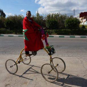 Un marocain (et fier de l'être) sur un étrange vélo.