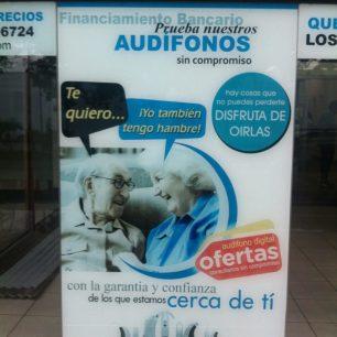 """Publicité pour des appareils auditifs, en Bolivie. Traduction : l'homme : """"Je t'aime..."""" La femme : """"Moi aussi j'ai faim !"""""""
