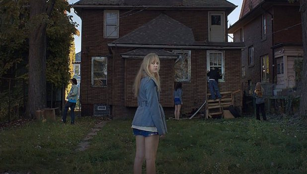 maika_monroe_it_follows-image_4photo-caption
