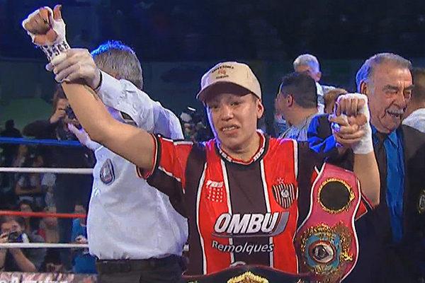 La argentina Ana Laura Esteche venció por decisión unánime a su compatriota Celeste Peralta para retener, así, su título superligero de la Asociación Mundial de Boxeo (AMB) y unificarlo a los cetros de la Organización Mundial (OMB) y Federación Internacional de Boxeo (FIB)