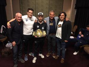 Frampton recibe su cinturón de manos de Gilberto Jesús Mendoza