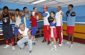Salazar (de guante azul en el centro de la foto) lucha por sus sueños. Foto cortesía