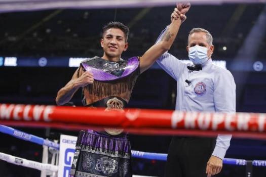 Mario Barrios retained his WBA crown with a KO in San Antonio