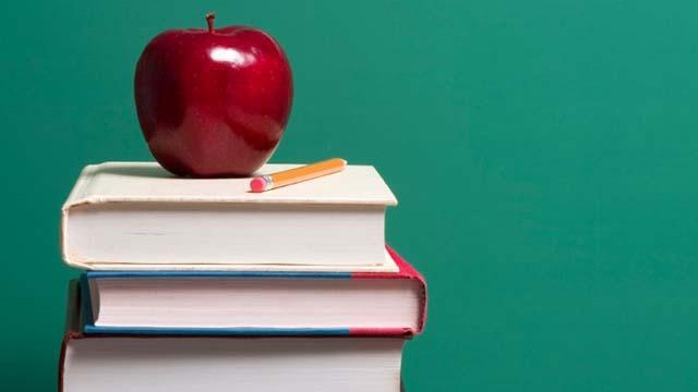 Apple on top of school books_2532548279172522-159532