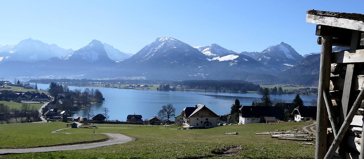 Blick auf den Wolfgangsee und die umliegenden Berge