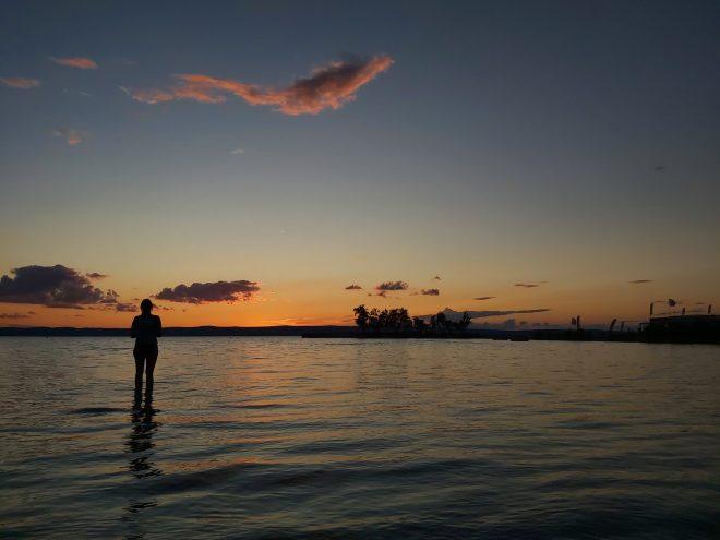 Bei Sonnenuntergang im Wasser