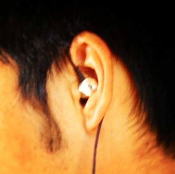 how to wear in ear headphones to prevent microphonics