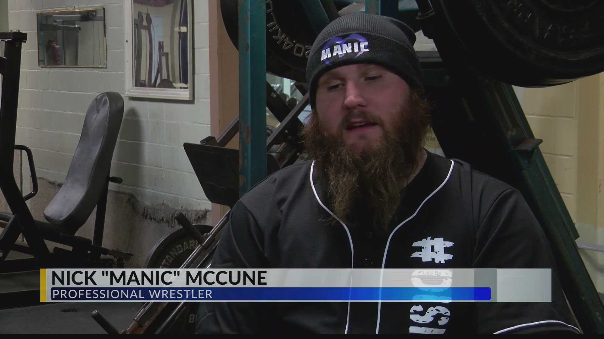 Pro Wrestler helps police at Denny's