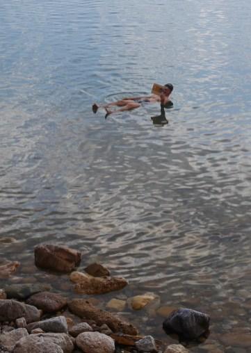 Boek lezen dode zee drijven jordanie