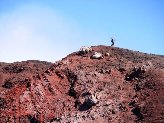 Rode etna vulkaan vulkanisch gesteente