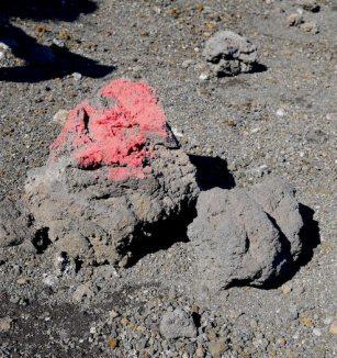 Rode stenen etna vulkaan
